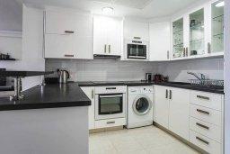 Кухня. Кипр, Айос Тихонас Лимассол : Уютный апартамент возле пляжа с гостиной, тремя спальнями, двумя ванными комнатами и балконом