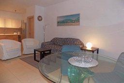Гостиная. Кипр, Пиргос : Апартамент в комплексе с бассейном, с гостиной, двумя спальнями, двумя ванными комнатами и террасой