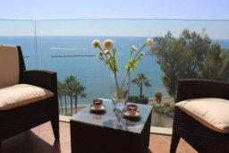 Балкон. Кипр, Айос Тихонас Лимассол : Апартамент в комплексе с бассейном и тренажерным залом в 20 метрах от пляжа, с гостиной, двумя спальнями и балконом с шикарным видом на море