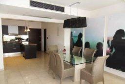 Кухня. Кипр, Айос Тихонас Лимассол : Апартамент в комплексе с бассейном и тренажерным залом в 20 метрах от пляжа, с гостиной, двумя спальнями и балконом с шикарным видом на море