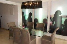 Обеденная зона. Кипр, Айос Тихонас Лимассол : Апартамент в комплексе с бассейном и тренажерным залом в 20 метрах от пляжа, с гостиной, двумя спальнями и балконом с шикарным видом на море