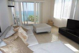 Гостиная. Кипр, Айос Тихонас Лимассол : Апартамент в комплексе с бассейном и тренажерным залом в 20 метрах от пляжа, с гостиной, двумя спальнями и балконом с шикарным видом на море