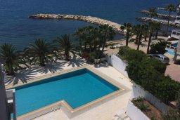 Бассейн. Кипр, Гермасойя Лимассол : Уютный апартамент в комплексе с бассейном в 40 метрах от пляжа, с гостиной, тремя спальнями, двумя ванными комнатами и балконом с боковым видом на море