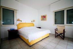 Спальня. Кипр, Гермасойя Лимассол : Уютный апартамент в комплексе с бассейном в 40 метрах от пляжа, с гостиной, тремя спальнями, двумя ванными комнатами и балконом с боковым видом на море