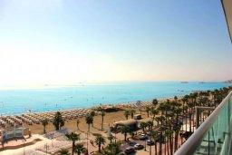 Вид на море. Кипр, Ларнака город : Современный апартамент в 20 метрах от пляжа, с гостиной, двумя спальнями, двумя ванными комнатами и большим балконом с шикарным видом на море