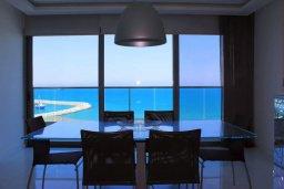 Обеденная зона. Кипр, Ларнака город : Современный апартамент в 20 метрах от пляжа, с гостиной, двумя спальнями, двумя ванными комнатами и большим балконом с шикарным видом на море