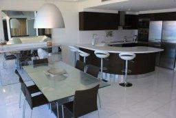 Кухня. Кипр, Ларнака город : Современный апартамент в 20 метрах от пляжа, с гостиной, двумя спальнями, двумя ванными комнатами и большим балконом с шикарным видом на море