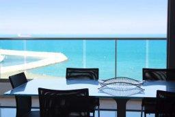 Балкон. Кипр, Ларнака город : Современный апартамент в 20 метрах от пляжа, с гостиной, двумя спальнями, двумя ванными комнатами и большим балконом с шикарным видом на море