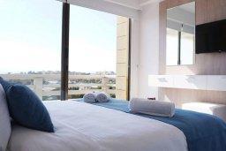 Спальня. Кипр, Ларнака город : Современный апартамент в 20 метрах от пляжа, с гостиной, двумя спальнями и балконом с шикарным видом на море
