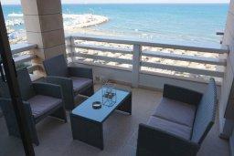 Балкон. Кипр, Ларнака город : Современный апартамент в 20 метрах от пляжа, с гостиной, двумя спальнями и балконом с шикарным видом на море