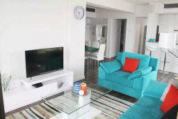 Гостиная. Кипр, Ларнака город : Современный апартамент в 20 метрах от пляжа, с гостиной, двумя спальнями и балконом с шикарным видом на море