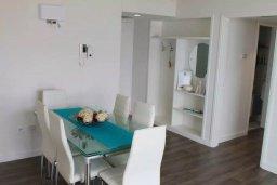 Обеденная зона. Кипр, Ларнака город : Современный апартамент в 20 метрах от пляжа, с гостиной, двумя спальнями и балконом с шикарным видом на море