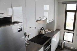 Кухня. Кипр, Ларнака город : Современный апартамент в 20 метрах от пляжа, с гостиной, двумя спальнями и балконом с шикарным видом на море