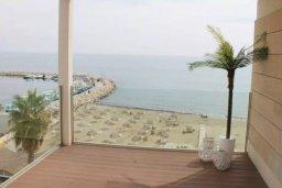 Вид на море. Кипр, Ларнака город : Современный апартамент в 20 метрах от пляжа, с гостиной, двумя спальнями и балконом с шикарным видом на море