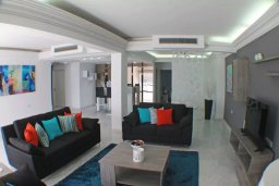 Гостиная. Кипр, Ларнака город : Современный апартамент в 20 метрах от пляжа, с гостиной, тремя спальнями, двумя ванными комнатами и балконом с шикарным видом на море