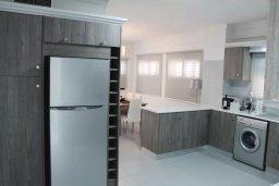 Кухня. Кипр, Ларнака город : Современный апартамент в 20 метрах от пляжа, с гостиной, тремя спальнями, двумя ванными комнатами и балконом с шикарным видом на море