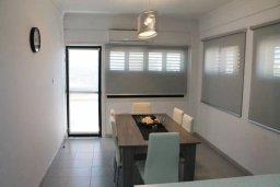 Обеденная зона. Кипр, Ларнака город : Современный апартамент в 20 метрах от пляжа, с гостиной, тремя спальнями, двумя ванными комнатами и балконом с шикарным видом на море