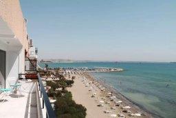 Вид на море. Кипр, Ларнака город : Современный апартамент в 20 метрах от пляжа, с гостиной, тремя спальнями, двумя ванными комнатами и балконом с шикарным видом на море