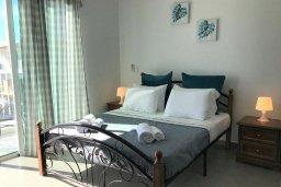 Спальня. Кипр, Ионион - Айя Текла : Очаровательная вилла с потрясающим видом на Средиземное море, с 3-мя спальнями, 2-мя ванными комнатами, уютной солнечной террасой с зелёной лужайкой, патио и барбекю, расположена в Ayia Thekla в 100 метрах от пляжа
