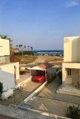 Вид на море. Кипр, Декелия - Ороклини : Уютная вилла с зеленым двориком в 100 метрах от пляжа, 2 спальни, парковка, Wi-Fi