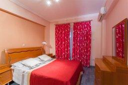 Спальня. Кипр, Центр Лимассола : Апартамент в комплексе с бассейном недалеко от пляжа, с гостиной, тремя спальнями, двумя ванными комнатами и террасой