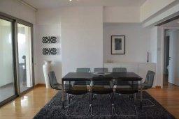 Обеденная зона. Кипр, Ларнака город : Современный апартамент в комплексе с бассейном и тренажерным залом, 20 метров до пляжа Финикудес, 3 спальни, 2 ванные комнаты, балконом с шикарным видом на море