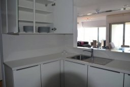 Кухня. Кипр, Ларнака город : Современный апартамент в комплексе с бассейном и тренажерным залом, 20 метров до пляжа Финикудес, 3 спальни, 2 ванные комнаты, балконом с шикарным видом на море