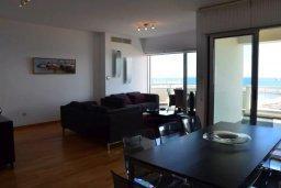 Гостиная. Кипр, Ларнака город : Современный апартамент в комплексе с бассейном и тренажерным залом, 20 метров до пляжа Финикудес, 3 спальни, 2 ванные комнаты, балконом с шикарным видом на море