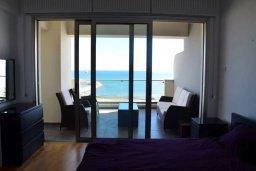 Спальня. Кипр, Ларнака город : Современный апартамент в комплексе с бассейном и тренажерным залом, 20 метров до пляжа Финикудес, 3 спальни, 2 ванные комнаты, балконом с шикарным видом на море