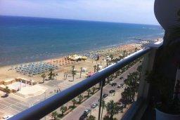 Вид на море. Кипр, Ларнака город : Современный апартамент в комплексе с бассейном и тренажерным залом, 20 метров до пляжа Финикудес, 3 спальни, 2 ванные комнаты, балконом с шикарным видом на море