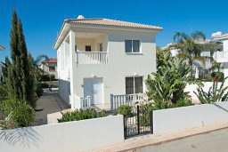 Фасад дома. Кипр, Нисси Бич : Прекрасная вилла с бассейном и зеленым двориком, 3 спальни, 2 ванные комнаты, парковка, Wi-Fi