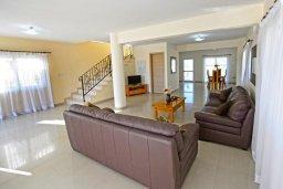 Гостиная. Кипр, Нисси Бич : Прекрасная вилла с бассейном и зеленым двориком, 3 спальни, 2 ванные комнаты, парковка, Wi-Fi