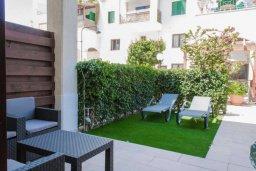 Терраса. Кипр, Гермасойя Лимассол : Уютный таунхаус с зеленым двориком в 100 метрах от пляжа, с гостиной, двумя спальнями и двумя ванными комнатами