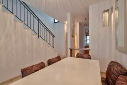 Обеденная зона. Кипр, Дасуди Лимассол : Двухуровневый таунхаус в комплексе с бассейном, с гостиной, двумя спальнями, двумя ванными комнатами, террасой и балконом