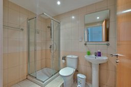 Ванная комната. Кипр, Дасуди Лимассол : Двухуровневый таунхаус в комплексе с бассейном, с гостиной, двумя спальнями, двумя ванными комнатами, террасой и балконом