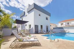Вид на виллу/дом снаружи. Кипр, Нисси Бич : Потрясающая вилла с садом на крыше с панорамным видом на Средиземное море, с 4-мя спальнями, с бассейном, солнечной террасой с патио, барбекю и настольным теннисом, расположена недалеко от пляжа Nissi Beach