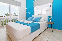 Спальня. Кипр, Нисси Бич : Потрясающая вилла с садом на крыше с панорамным видом на Средиземное море, с 4-мя спальнями, с бассейном, солнечной террасой с патио, барбекю и настольным теннисом, расположена недалеко от пляжа Nissi Beach