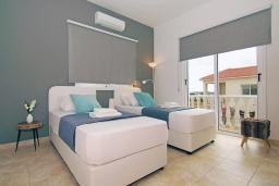 Спальня 2. Кипр, Нисси Бич : Потрясающая вилла с садом на крыше с панорамным видом на Средиземное море, с 4-мя спальнями, с бассейном, солнечной террасой с патио, барбекю и настольным теннисом, расположена недалеко от пляжа Nissi Beach