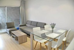Гостиная. Кипр, Центр Лимассола : Апартамент в комплексе с бассейном в 20 метрах от пляжа, с гостиной, двумя спальнями и балконом с видом на море