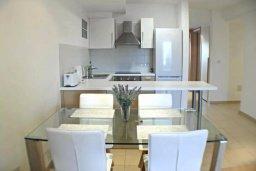 Кухня. Кипр, Центр Лимассола : Апартамент в комплексе с бассейном в 20 метрах от пляжа, с гостиной, двумя спальнями и балконом с видом на море