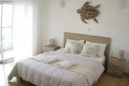 Спальня. Кипр, Центр Лимассола : Апартамент в комплексе с бассейном в 20 метрах от пляжа, с гостиной, двумя спальнями и балконом с видом на море