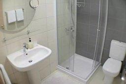 Ванная комната. Кипр, Центр Лимассола : Апартамент в комплексе с бассейном в 20 метрах от пляжа, с гостиной, двумя спальнями и балконом с видом на море