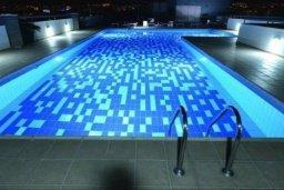 Бассейн. Кипр, Центр Лимассола : Апартамент в комплексе с бассейном в 20 метрах от пляжа, с гостиной, двумя спальнями и балконом с видом на море