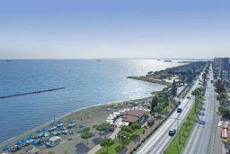 Вид на море. Кипр, Центр Лимассола : Апартамент в комплексе с бассейном в 20 метрах от пляжа, с гостиной, двумя спальнями и балконом с видом на море