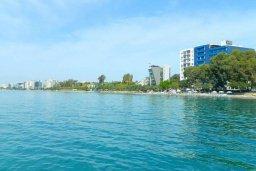 Ближайший пляж. Кипр, Центр Лимассола : Апартамент в комплексе с бассейном в 20 метрах от пляжа, с гостиной, двумя спальнями и балконом с видом на море