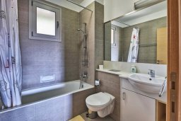 Ванная комната. Кипр, Св. Рафаэль Лимассол : Апартамент в комплексе с бассейном, с гостиной, двумя спальнями и большим балконом с барбекю