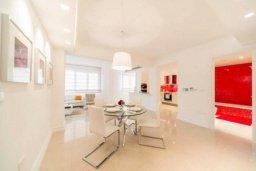 Обеденная зона. Кипр, Гермасойя Лимассол : Современный апартамент в престижном комплексе в 20 метрах от пляжа, с гостиной, тремя спальнями, двумя ванными комнатами и балконом с боковым видом на море