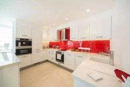 Кухня. Кипр, Гермасойя Лимассол : Современный апартамент в престижном комплексе в 20 метрах от пляжа, с гостиной, тремя спальнями, двумя ванными комнатами и балконом с боковым видом на море