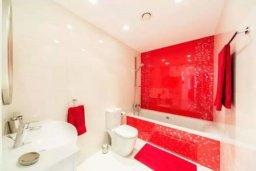 Ванная комната. Кипр, Гермасойя Лимассол : Современный апартамент в престижном комплексе в 20 метрах от пляжа, с гостиной, тремя спальнями, двумя ванными комнатами и балконом с боковым видом на море