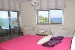 Спальня. Кипр, Айос Тихонас Лимассол : Роскошный пентхаус в комплексе с бассейном и в 20 метрах от пляжа, с гостиной, 5-ю спальнями, 3-мя ванными комнатами и балконом с шикарным видом на море